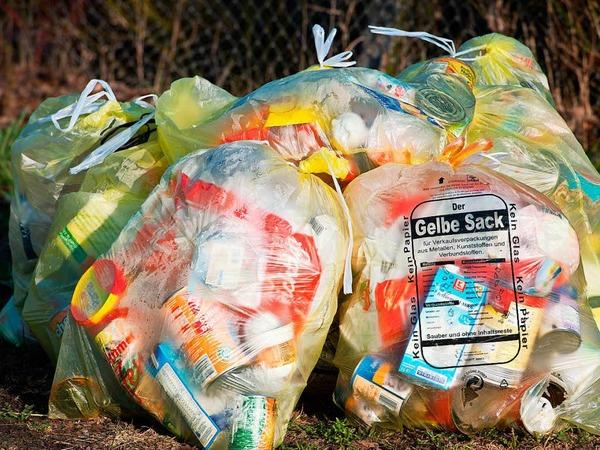 Müll: Die Recyclingquote für Kunststoffverpackungen steigt bis 2022 von 36 Prozent auf 63 Prozent. Das ist der Anteil am Müll, den die sammelnden Unternehmen der Wiederverwertung zuführen müssen. Die Quote für Metalle, Papier und Glas steigt auf 90 Prozent. Außerdem gilt künftig für Getränkeverpackungen eine Mehrwegquote in Höhe von 70 Prozent. Geschäfte müssen gesondert auf Regale mit Mehrwegflaschen hinweisen.