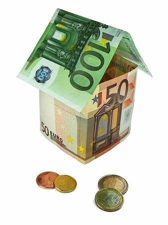 Immobilienkredite: Die Finanzaufsichtsbehörde Bafin soll mit neuen Befugnissen Immobilienblasen verhindern. So soll die Bafin Mindeststandards für die Vergabe von Neukrediten festlegen. Zudem gibt es bei Darlehen künftig eine Obergrenze, die sich am Immobilienwert orientiert.