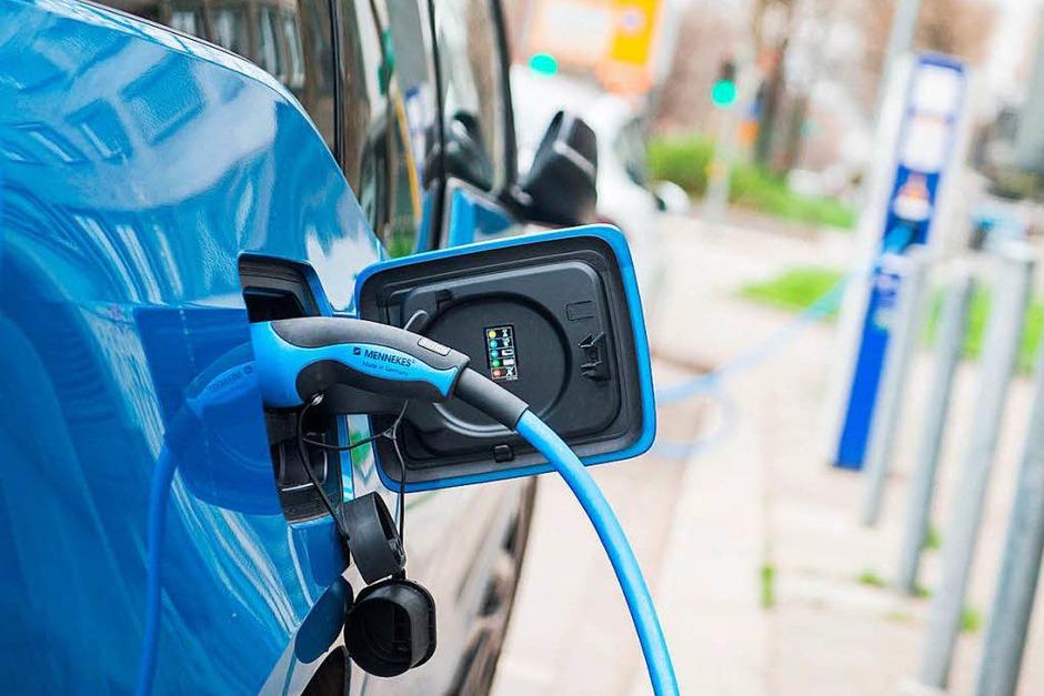 Ladesäulen: Fahrer von Elektroautos können ihre Wagen künftig leichter aufladen. Anders als bisher ist für das punktuelle Laden kein Vertrag mehr nötig. (Foto: dpa)