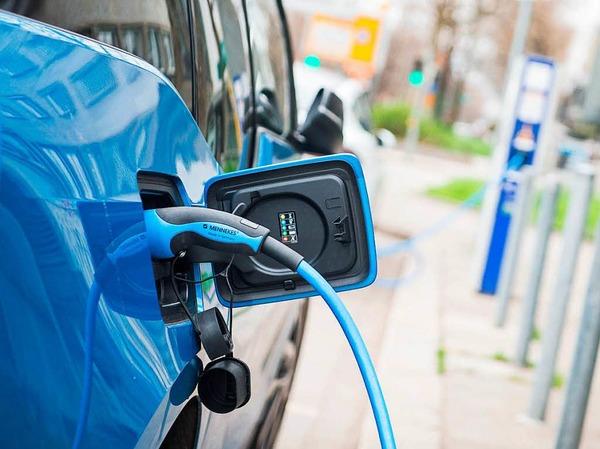 Ladesäulen: Fahrer von Elektroautos können ihre Wagen künftig leichter aufladen. Anders als bisher ist für das punktuelle Laden kein Vertrag mehr nötig.