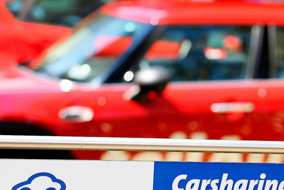 Carsharing: Wer das Auto mit anderen Fahrern teilt, soll leichter und günstiger parken. Kommunen können Parkgebühren für Car-Sharing-Autos senken oder streichen, sie können auch Flächen allein für solche Fahrzeuge reservieren. (Foto: dpa)