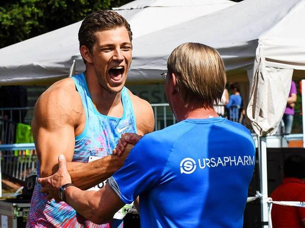 Andreas Hofmann (Mannheim) empfängt Gratulation von Werner Daniels (LG Offenburg Sportwart).