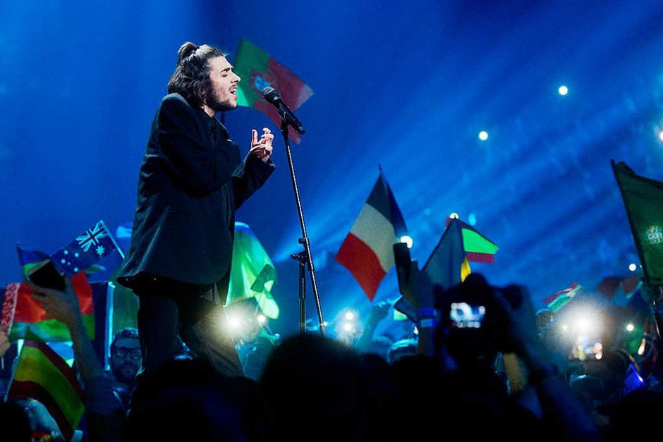 "Der Sieger Salvador Sobral aus Portugal, singt seinen Song ""Amar Pelos Dois"" (Foto: dpa)"