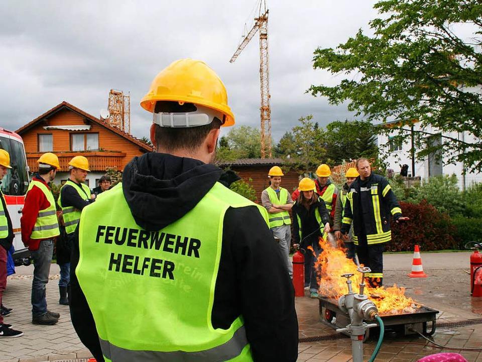 Im Hof der Feuerwehr müssen alle zwölf...en Feuerwehrhelfer Übungen absolvieren  | Foto: Anja Kunz