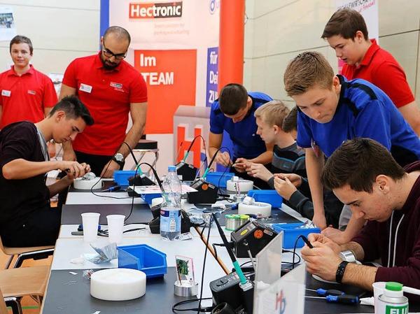 Hectronic und Dunkermotoren sind Organisatoren und Initiatoren des HeDu-Ausbildungstages. Unter Anleitung ihrer Auszubildenden durften Besucher elektronische Würfel herstellen.