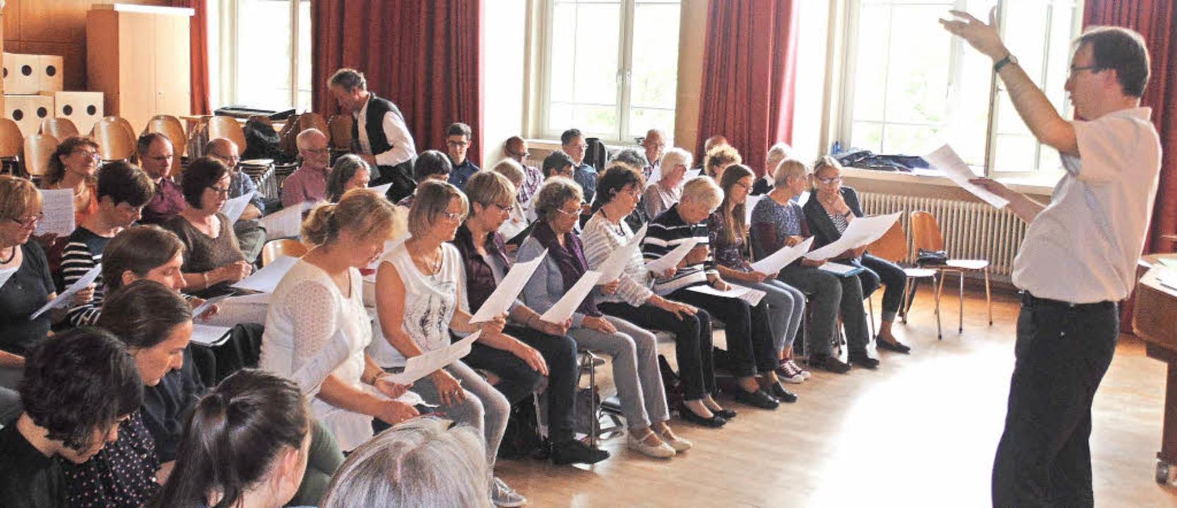 Der Kammerchor Bad Säckingen probte zu...er  in der Aula der Anton-Leo-Schule.   | Foto: MICHAEL GOTTSTEIN
