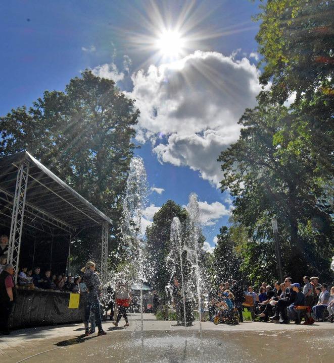 Die Wasserspiele entlang der Turmstraß...n eine frische Note in die Innenstadt.    Foto: Barbara Ruda