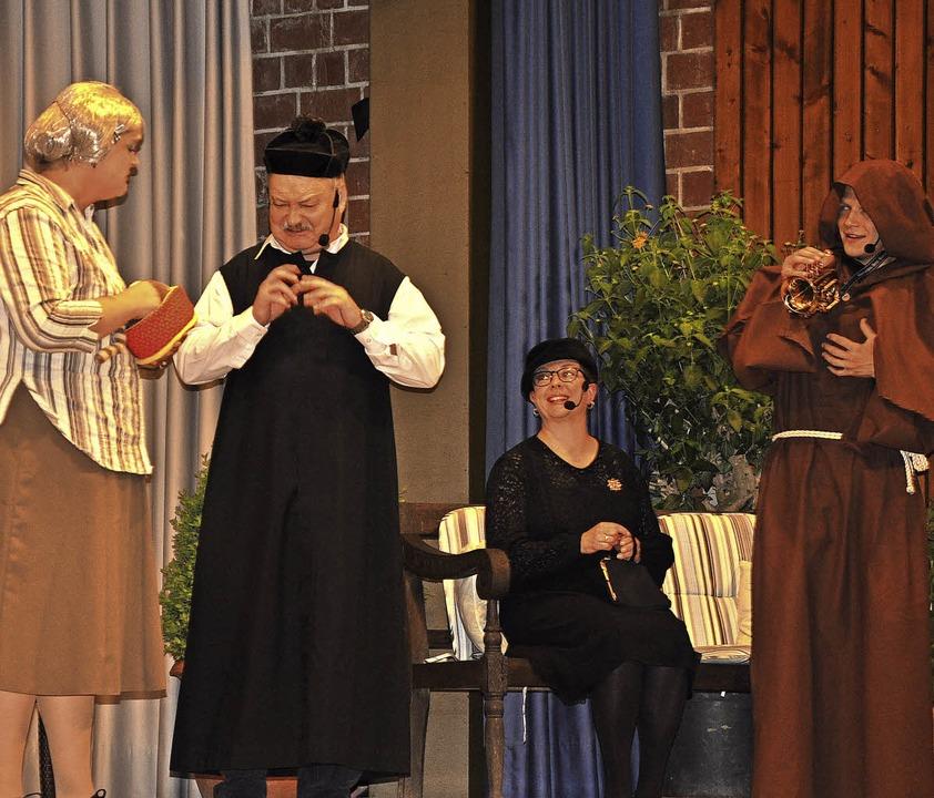 """Ein großes Publikum verfolgte im Kurha...nder"""" der Theatergruppe Bamlach.    Foto: Jutta Schütz"""