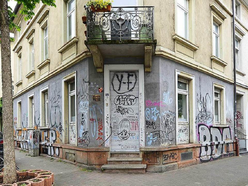 So sah das Gebäude vor der Reinigung a...aben Malerfirmen kostenlos gestrichen.  | Foto: Ingo Schneider