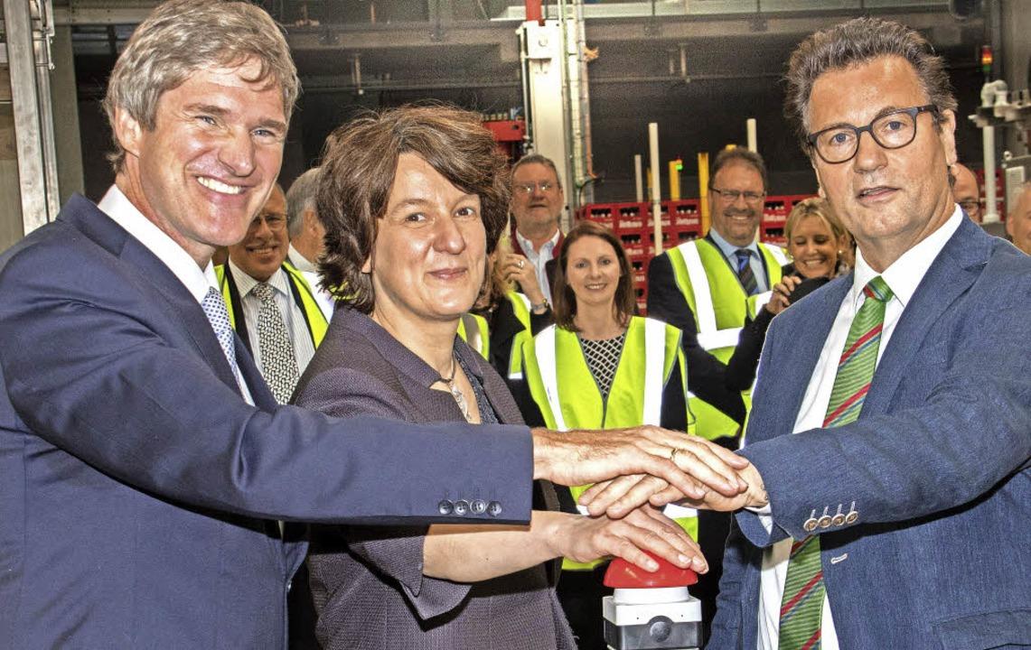 Minister Peter Hauk (rechts) und Gisel...m symbolischen Knopfdruck in Betrieb.   | Foto: Wilfried Dieckmann