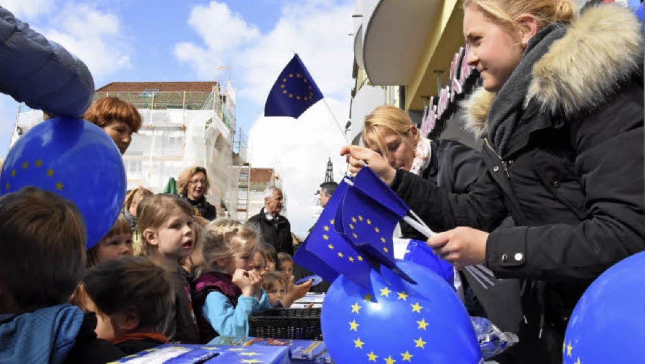 Beim Europafest des Landkreises wehten...le europäische Flaggen in Denzlingen.   | Foto: Jonas Hirt/Privat
