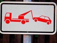 Wütender Autofahrer fährt auf Abschleppdienst-Fahrer zu