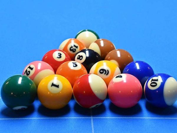Die KJG Denzlingen hat die Denzlinger Bürgermeisterkandidaten zum Billard und Snooker spielen eingeladen.