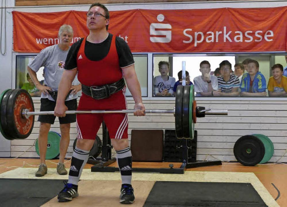 150 Kilo hebt dieser Schwerathlet beim...fahren auf dem Offenburger Flugplatz.     Foto: Ralf Burgmaier