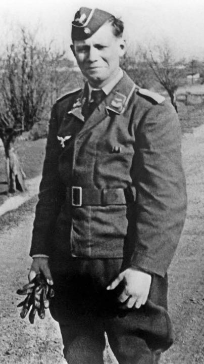 Helmut Schmidt als Leutnant der Luftwa...u viel Unmut und Unverständnis führt.   | Foto: dpa