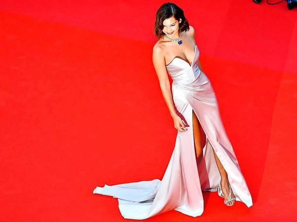 US-Model Bella Hadid posiert auf dem roten Teppich.