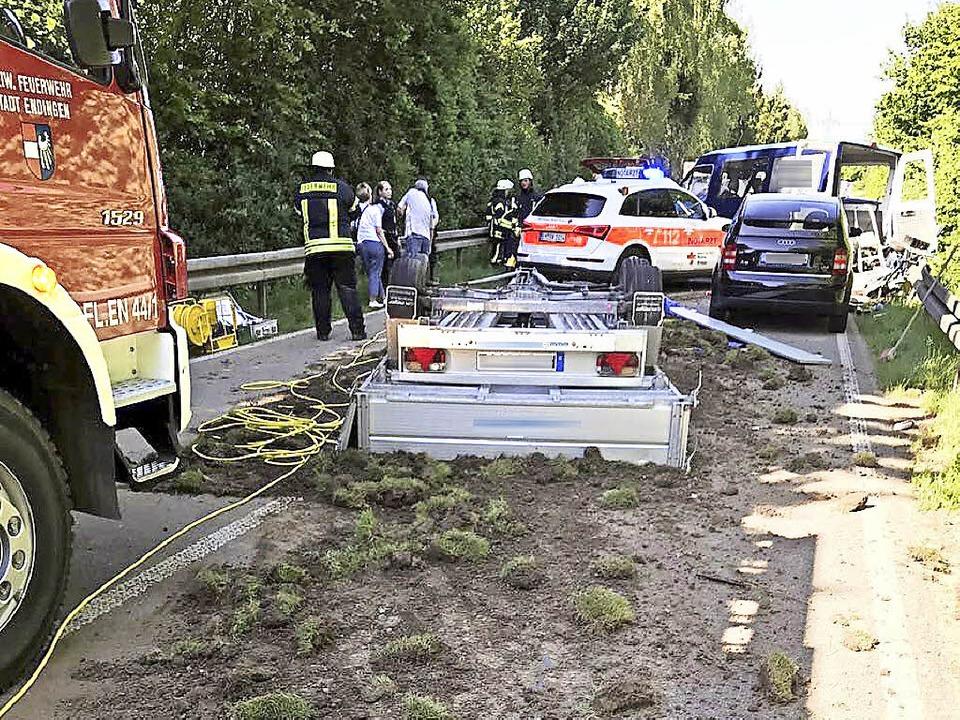 Schwerer Unfall am Mittwochabend auf d...e Straße war mehrere Stunden gesperrt.  | Foto: Feuerwehr Endingen