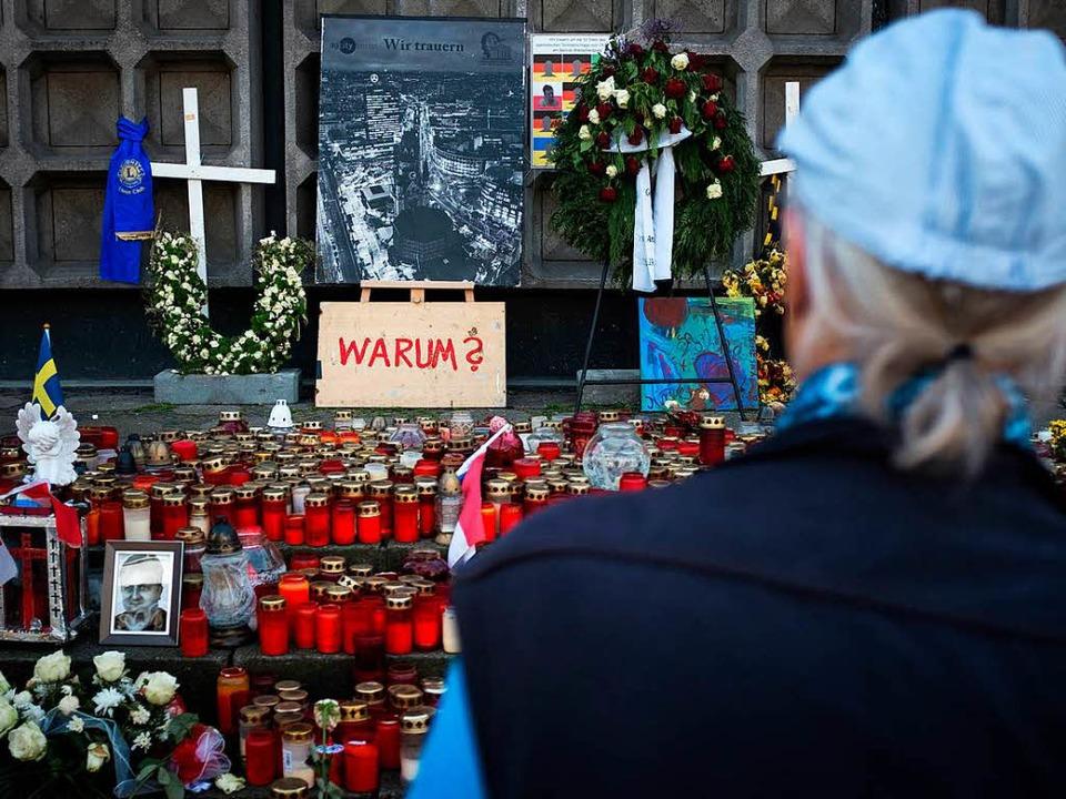 Noch immer erinnern Kerzen an die Opfe...gs auf dem Berliner Breitscheidplatz.   | Foto: DPA