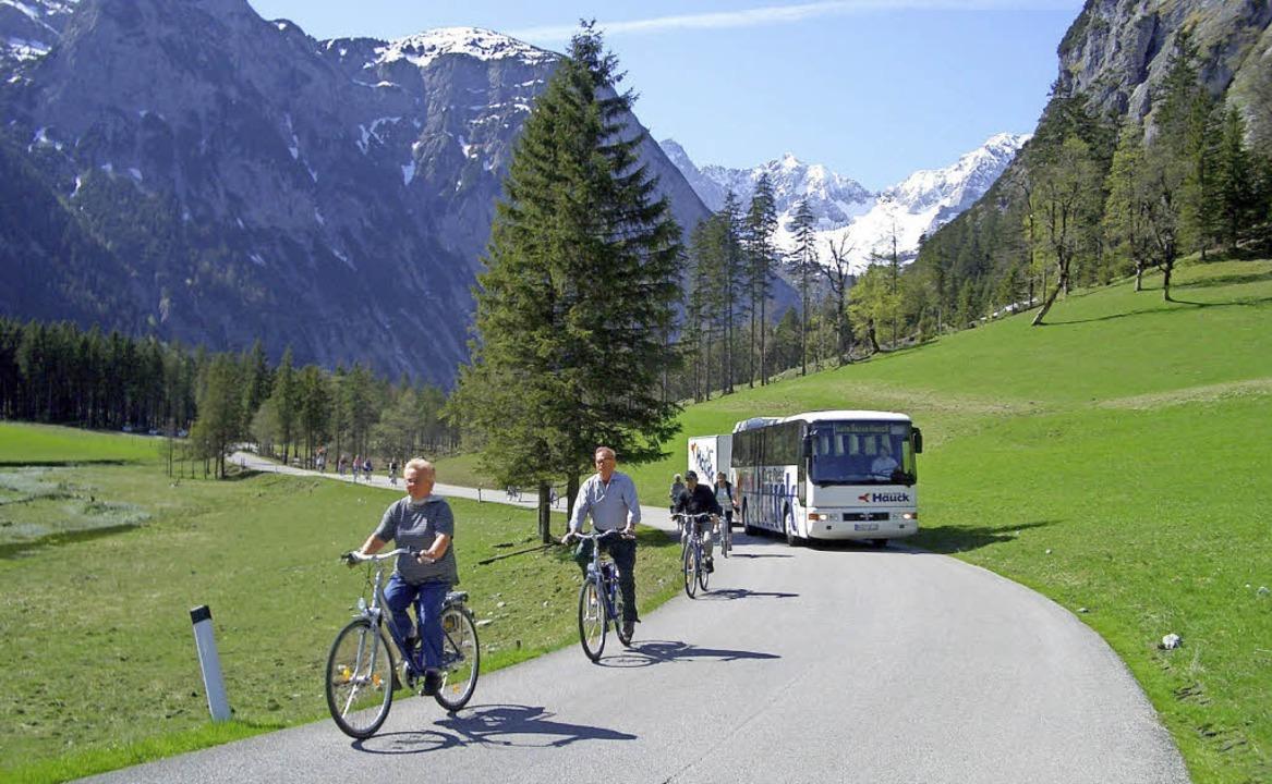 Perfekte Kulisse: Der Bus transportier...kunden und das Alpenpanorama genießen.  | Foto: GBK