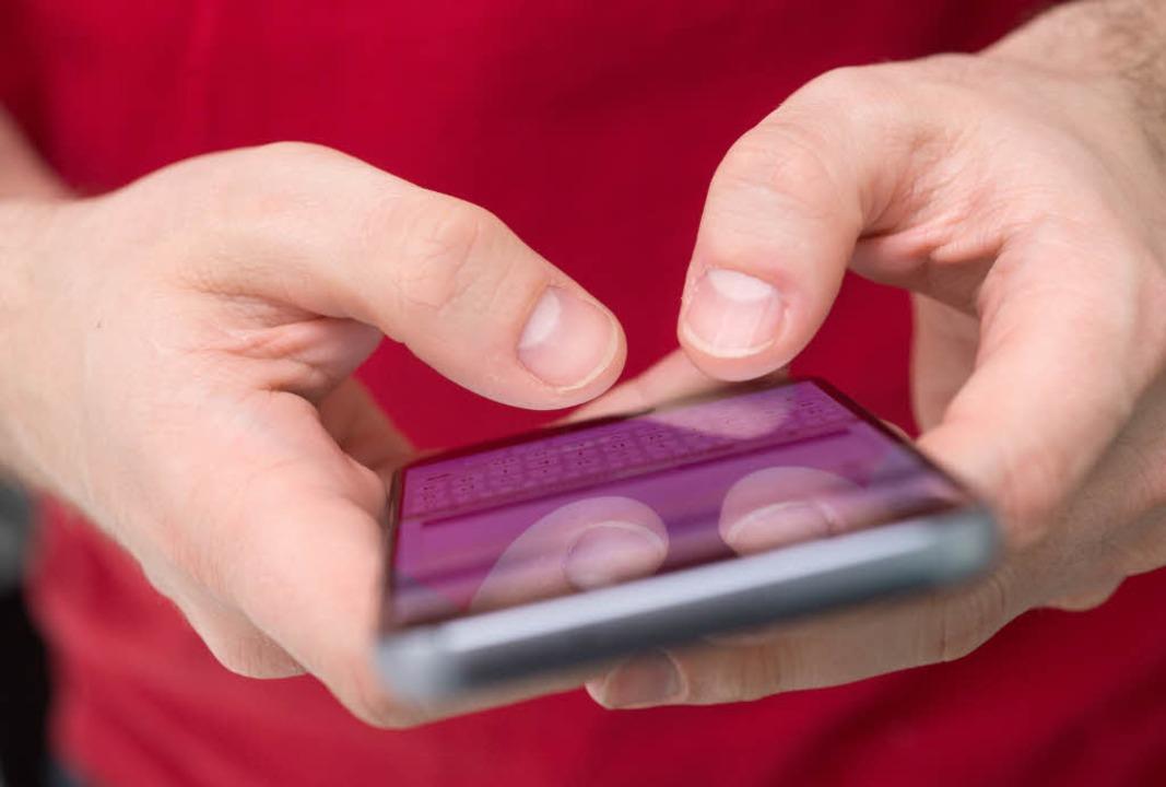 Ein Unbekannter entriss einem Spazierg...Smartphone und flüchtete. (Symbolbild)  | Foto: dpa-tmn