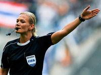 Erste Schiedsrichterin in der Bundesliga: Bibiana Steinhaus steigt auf
