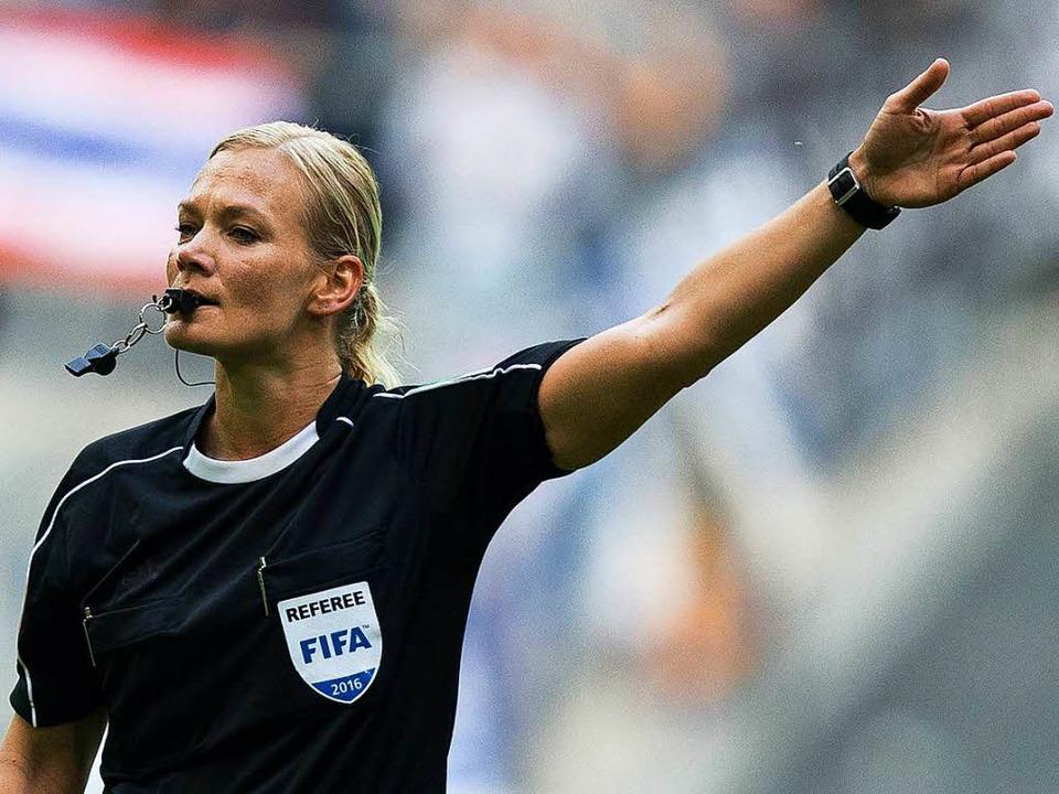 Bibiana Steinhaus wird die erste Schiedsrichterin in der ersten Bundesliga.  | Foto: dpa
