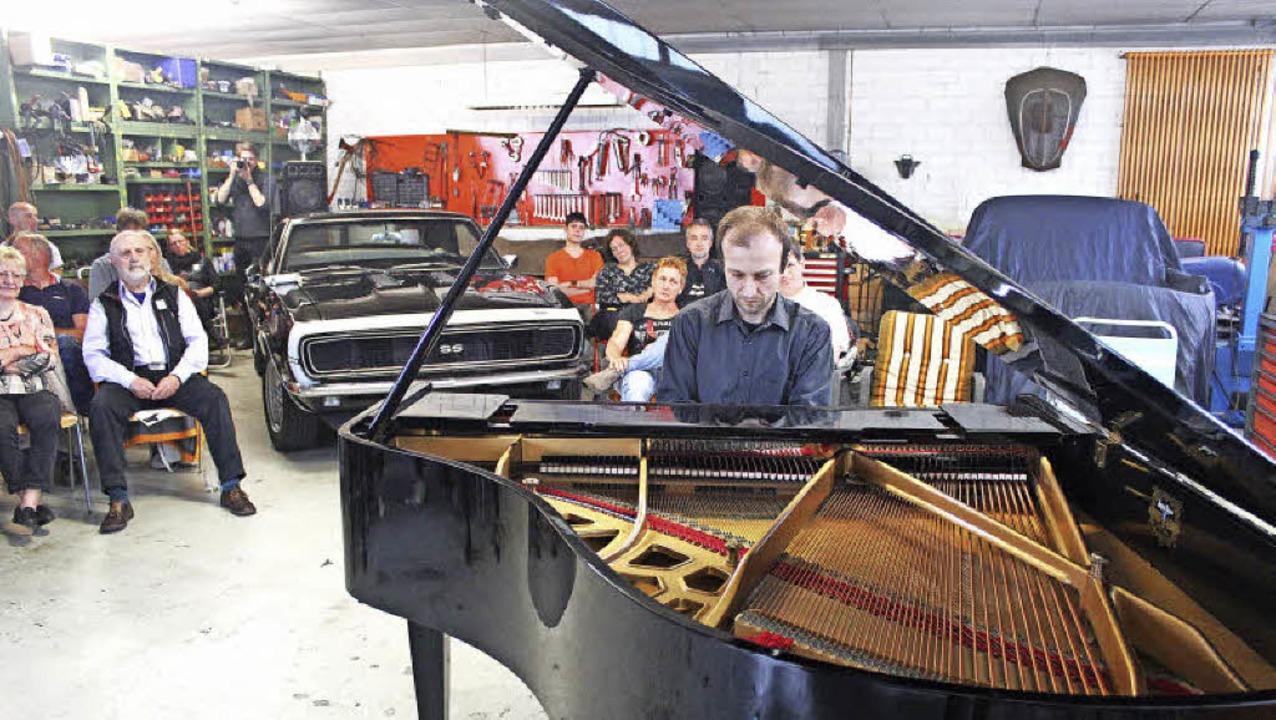 Pianist Bogdan Vaida spielt Maurice Ravel. Der Camaro lauscht.   | Foto: Regina Lorenz