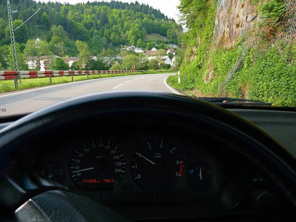 Die Grendel-Kurve auf der B317 bei Zel...Es passieren trotzdem häufig Unfälle.   | Foto: Sattelberger