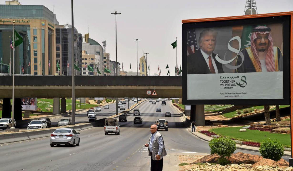 Eine riesige Tafel in Riad zeigt US-Pr...ump und den saudischen König  Salman.   | Foto: AFP