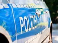 Auto fängt in Halle im Industriegebiet in Friesenheim Feuer
