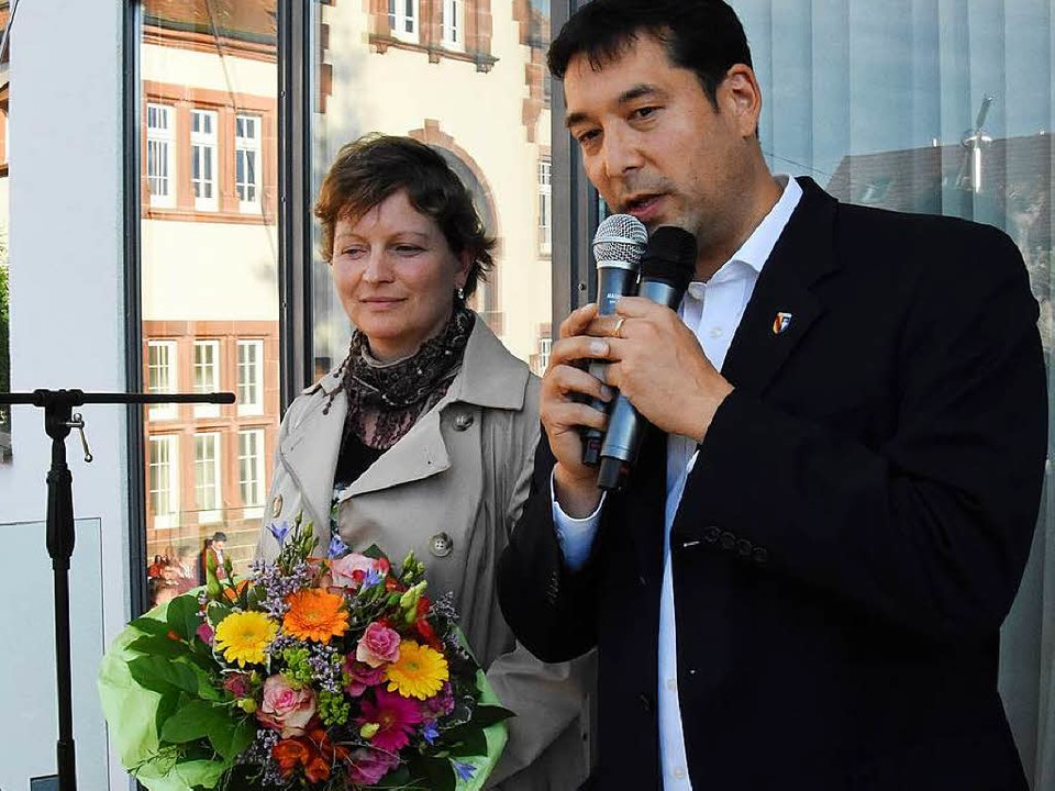 Markus Hollemann nach dem Wahlsieg mit seiner Frau auf dem Balkon des Rathauses.  | Foto: Jonas Hirt