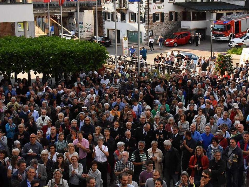 Der Rathausplatz in Denzlingen war vol...ehrheit  applaudierte Markus Hollemann  | Foto: Jonas Hirt
