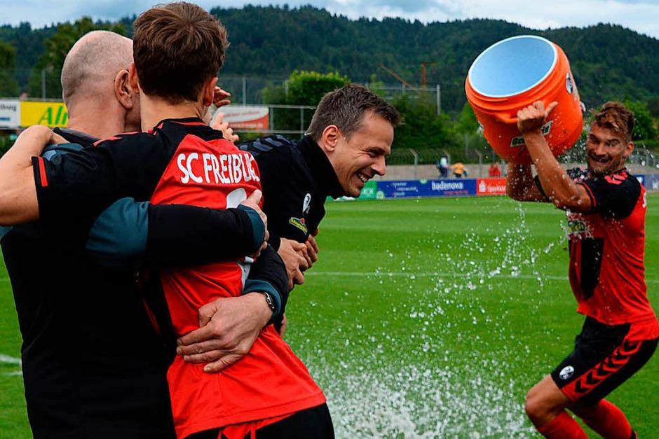 Sieg gegen Balingen: Die U23 des SC Freiburg feiert den Aufstieg in die Regionalliga. (Foto: Patrick Seeger)