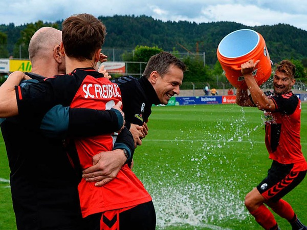 Sieg gegen Balingen: Die U23 des SC Freiburg feiert den Aufstieg in die Regionalliga.