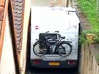 Wohnmobil in der Klemme: Burkheimer Video wird zum Internet-Hit
