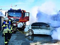 Hybridauto ausgebrannt – Feuerwehr musste Akkus abschalten