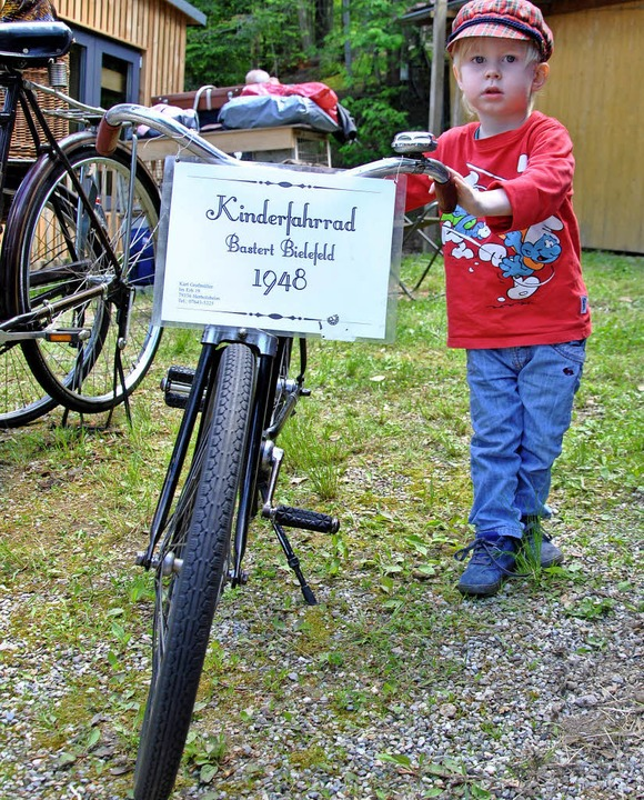 Der dreijährige Benjamin mit einem  Kinderrad aus den frühen Nachkriegsjahren  | Foto: Ralph Fautz