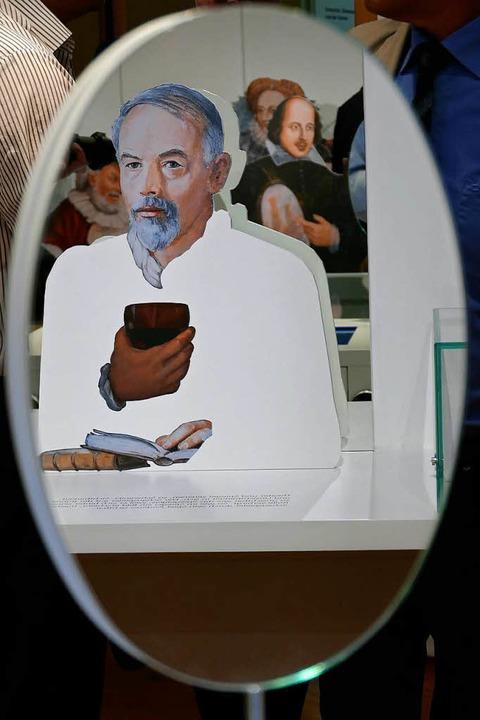 Spiegelungen: Dietrich Schwanitz und W...neuen Museumsraum im Hartheimer Salmen    Foto: Hans-Peter Müller