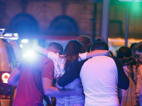 Bei einem Konzert des US-Popsternchens Ariana Grande in Manchester gab es eine Explosion mit vielen Toten.