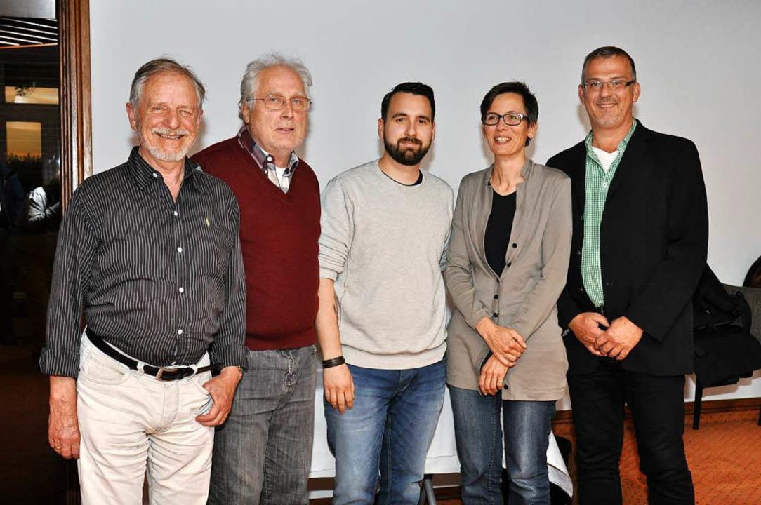 Marco Walbröhl (Mitte) steht an der Sp...en Vorstands der Umweltliste Breisach.  | Foto: Kai Kricheldorff