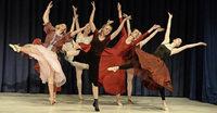 Modern-Dance-Schülerinnen zeigen ihr Können