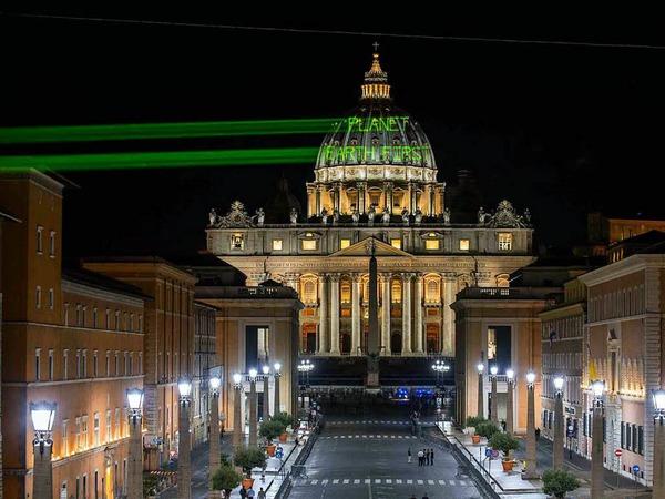 Aktivisten von Greenpeace strahlen die Kuppel des Petersdoms mit der Aufschrift «Planet EarthFirst» an. Am Vorabend des Besuchs von US-Präsidenten Trump beim Papst hat  eine besondere Botschaft an den US-Präsident gerichtet. Dies sei eine Anspielung auf Trumps Motto «America First».