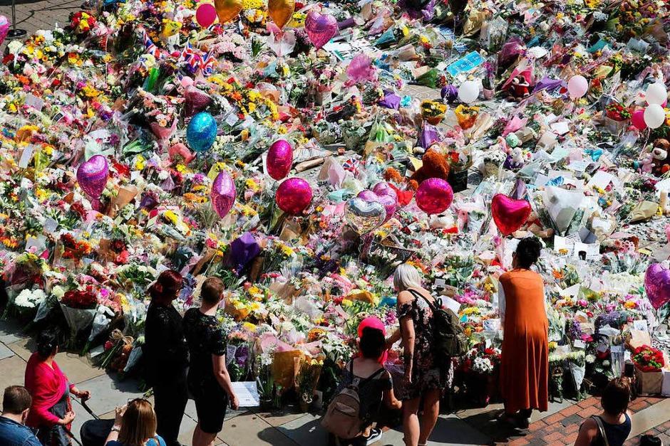 In Manchester zeigen die Menschen ihre Trauer am St. Ann's Square offen. (Foto: dpa)