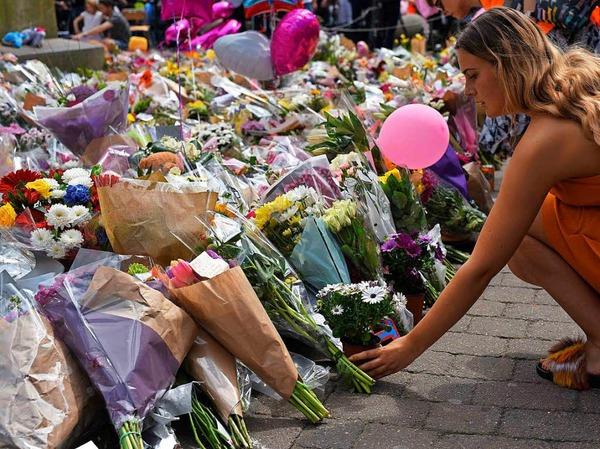 In Manchester zeigen die Menschen ihre Trauer am St. Ann's Square offen.