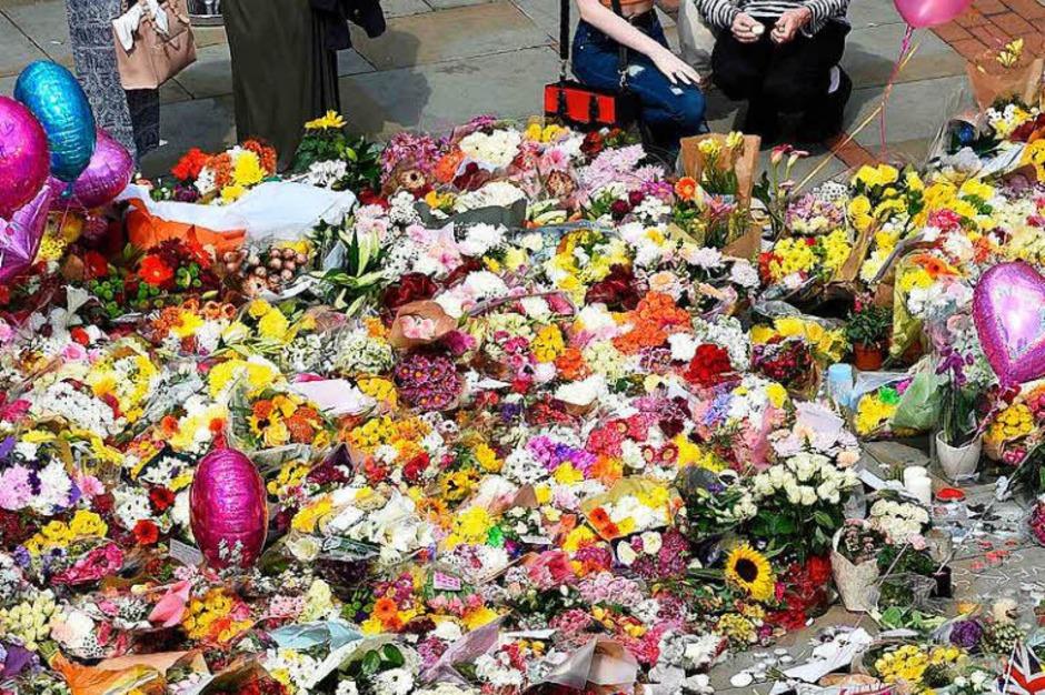 In Manchester zeigen die Menschen ihre Trauer am St. Ann's Square offen. (Foto: AFP)