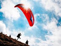 Gleitschirmflieger landen bei Fröhnd auf Campingbus – Scheibe zerbirst