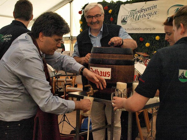 Eine vorgezogene Festeröffnung vollzogen Landrat Martin Kistler und Bürgermeister Helmut Kaiser in Urberg mit dem Fassanstich am Mittwochabend nach dem Ausflug des Landratsamtes
