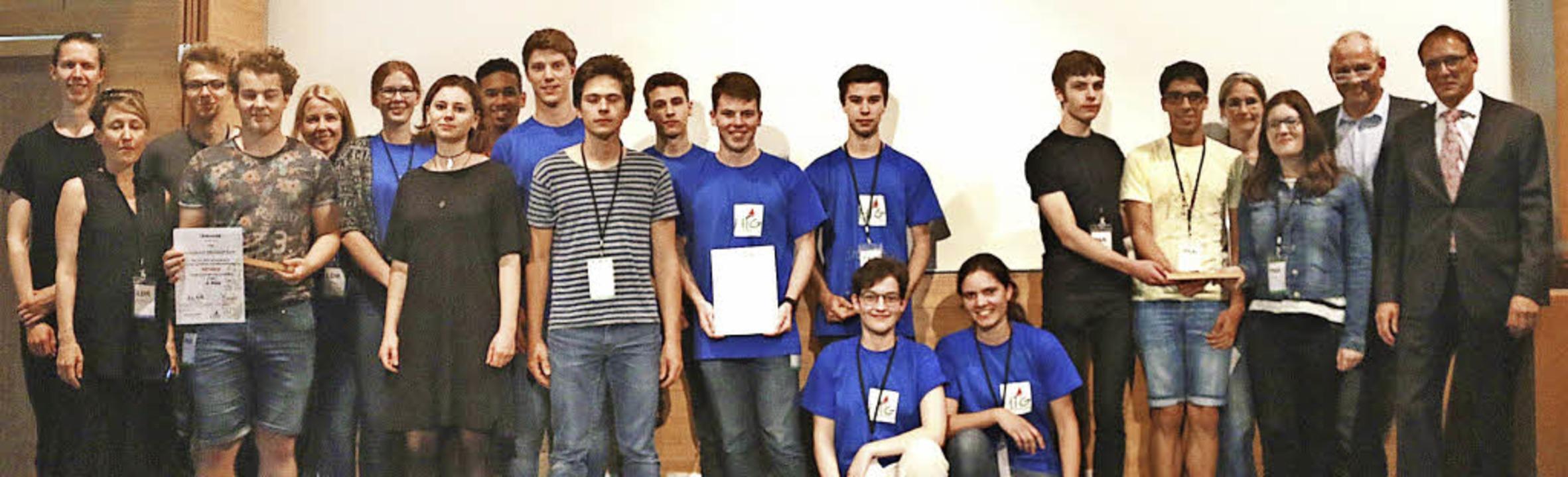 Die Gewinner des Schulpreises: Schüler...lden und Hauptsponsor des Wettbewerbs.  | Foto: Phaenovum