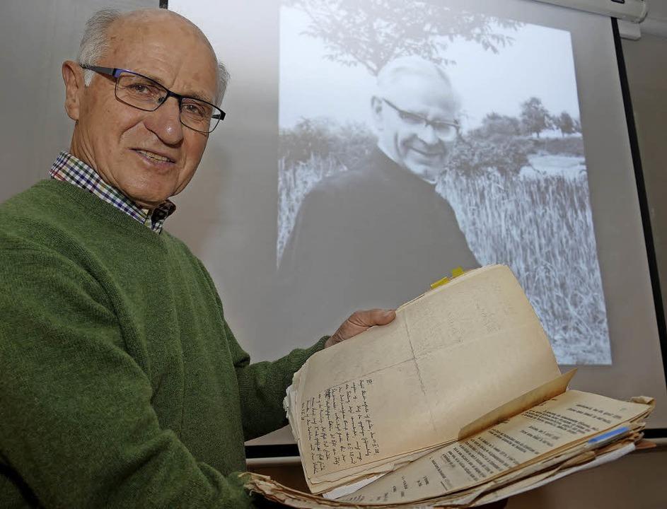 Karl Hanser mit den Akten und einem Foto von Pfarrer Anton Schmid   | Foto: Frank Leonhardt