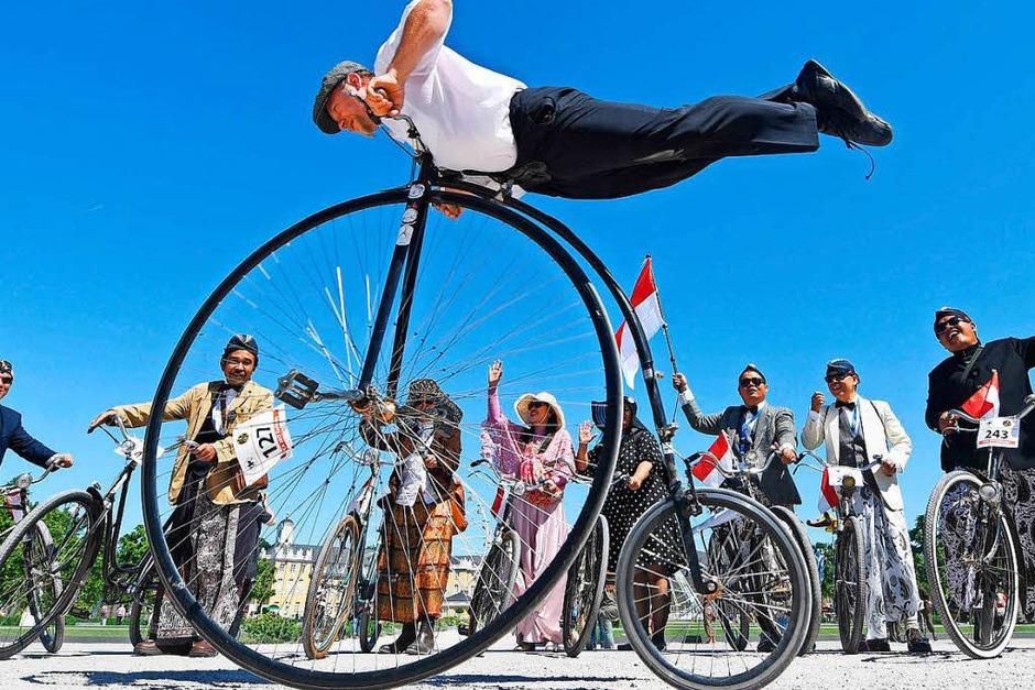 Mit Kostümen und historischen Fahrrädern fahren in Karlsruhe Teilnehmer zum 200. Geburtstag der Draisine. (Foto: dpa)